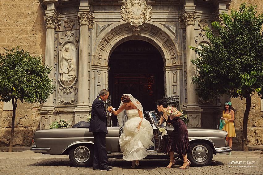 reportaje de boda Iglesia San Justo y Pastor, entrada a Iglesia, coches clásicos boda, Mercedes descapotable clásico