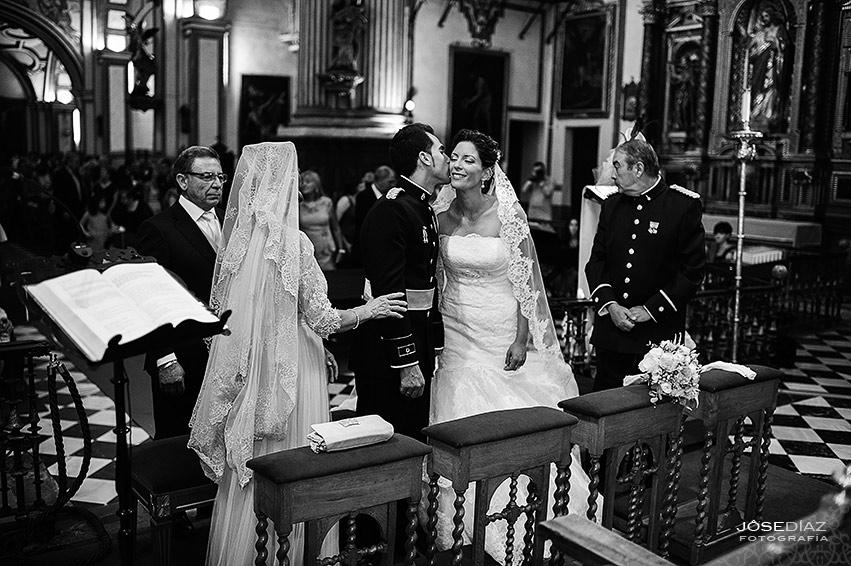 fotógrafos Granada, ceremonia de boda, beso, fotografía de boda artística, reportaje documental de boda, boda Granada, reportajes Granada