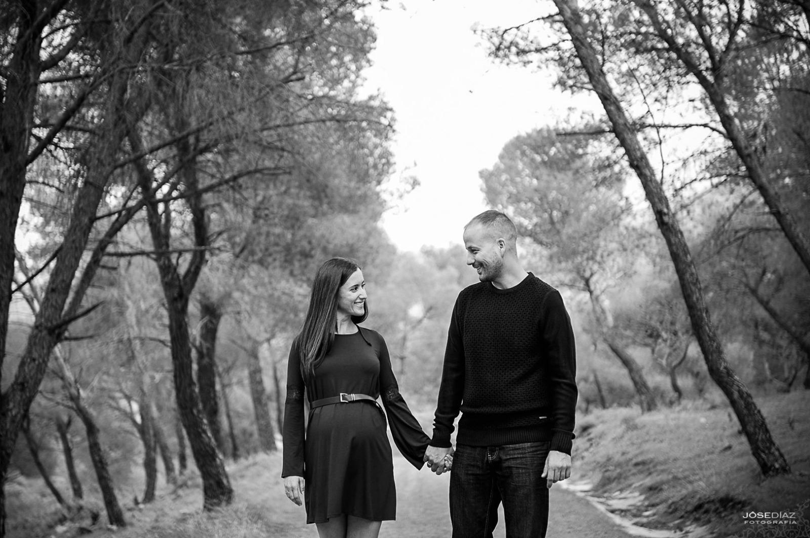 fotografía de parejas, enamorados, embarazo, fotografía premamá, campo, bosque