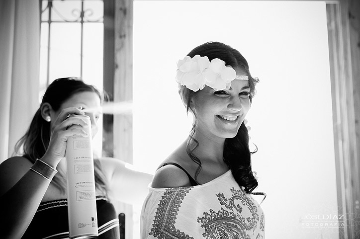 peinando a la novia, peinado de novia, tocado, preparativos de boda, fotografía profesional, reportajes de boda, fotógrafos Málaga