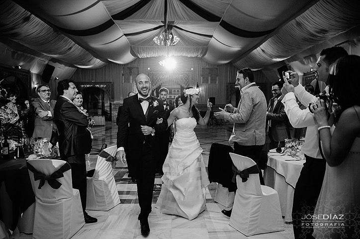 Entrada de los novios a la cena, reportaje documental de boda, Jose Díaz fotografía artística y documental, fotógrafo en Málaga