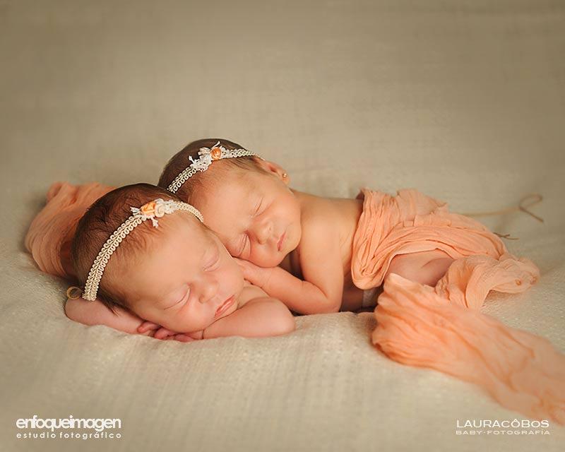 Fotografías de gemelas recién nacidas, reportaje original, fotografía de estudio artística, reportajes de recién nacido, fotógrafos Málaga, recién nacidos, Laura Cobos, enfoqueimagen, Teatinos